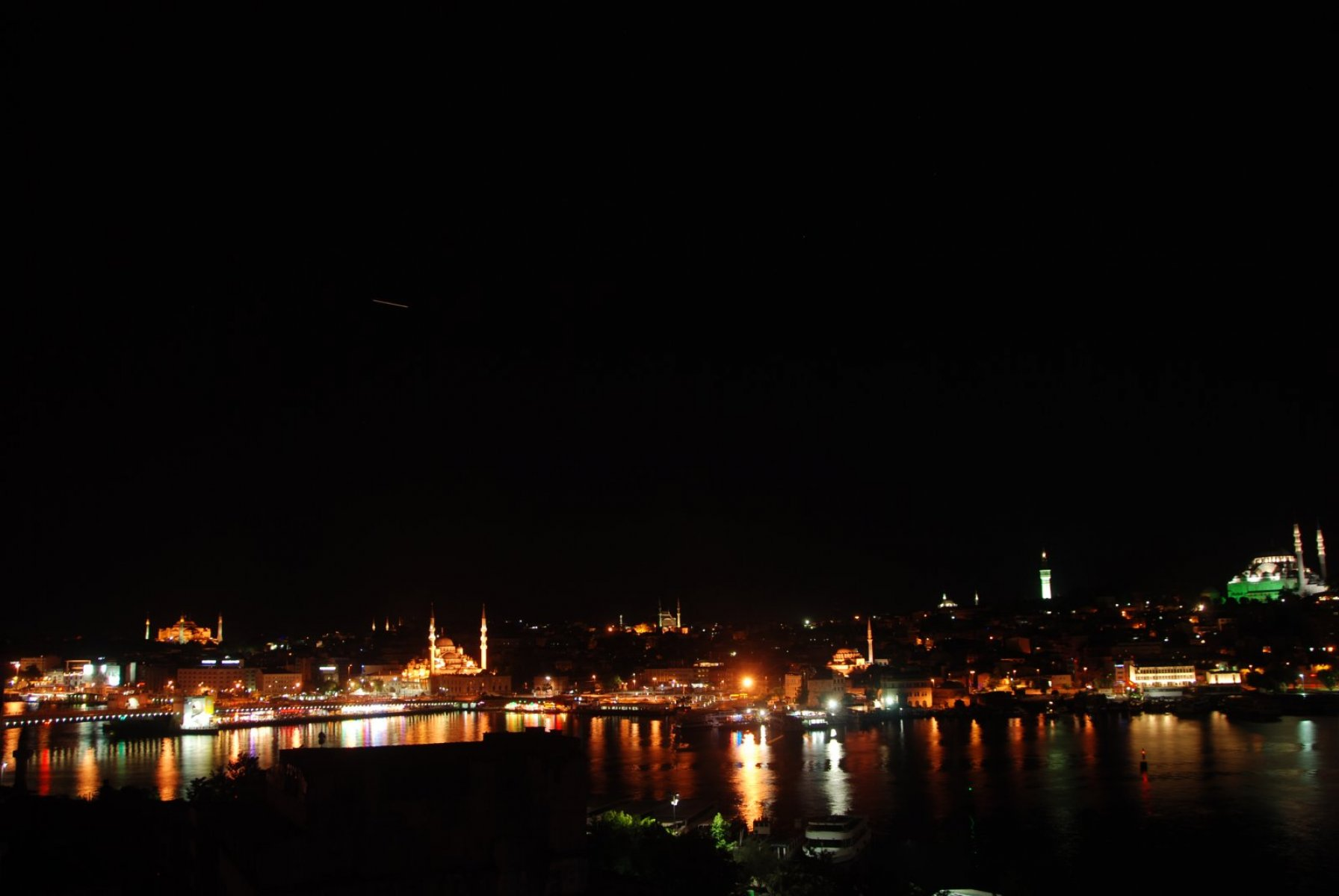 golden-horn-at-night
